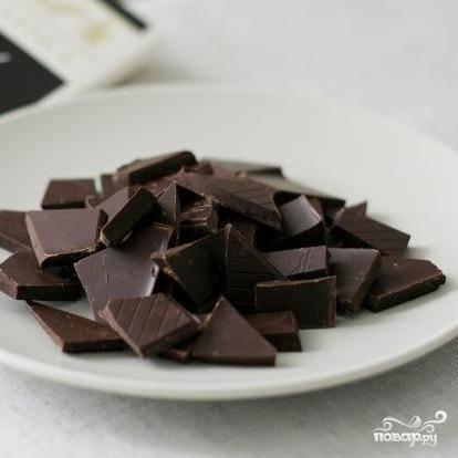 Шоколад либо натираем на крупной терке, либо ломаем на маленькие кусочки.