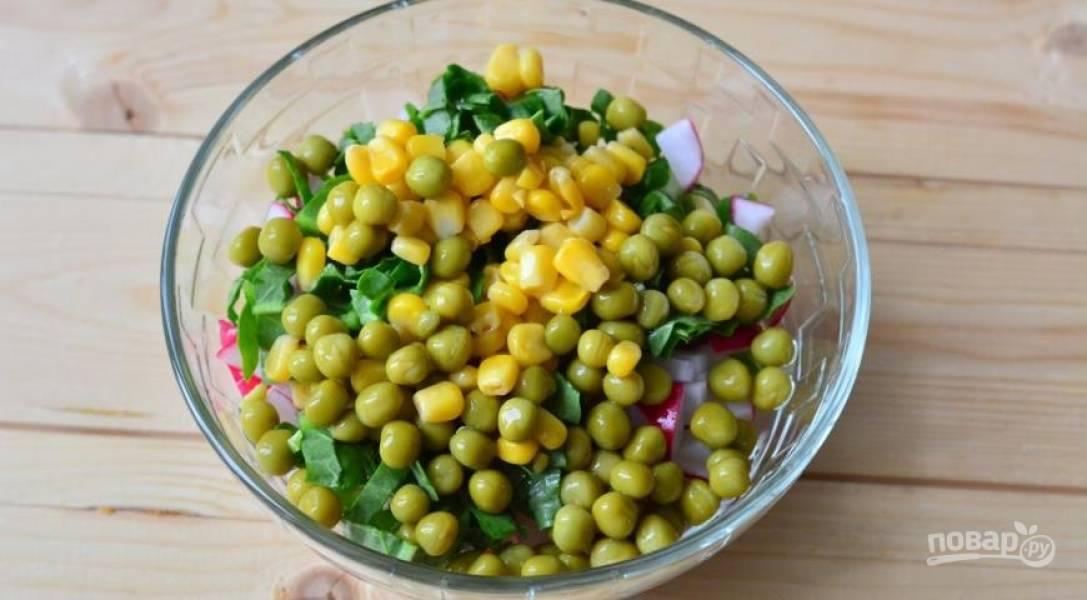 В отдельной емкости смешиваем все предыдущие ингредиенты. К ним добавляем кукурузу и горошек.