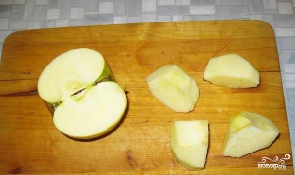 Яблоко помойте, удалите у него сердцевину, разделите фрукт на 4 части. По 2 кусочка засуньте в каждого перепела.