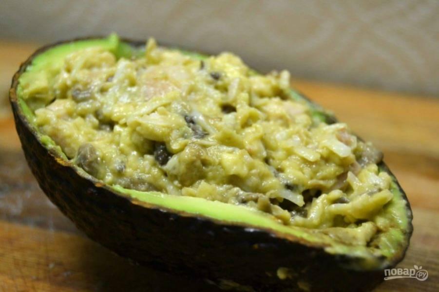 12.Готовую начинку выложите в кожуру авокадо, украсьте блюдо долькой лайма.
