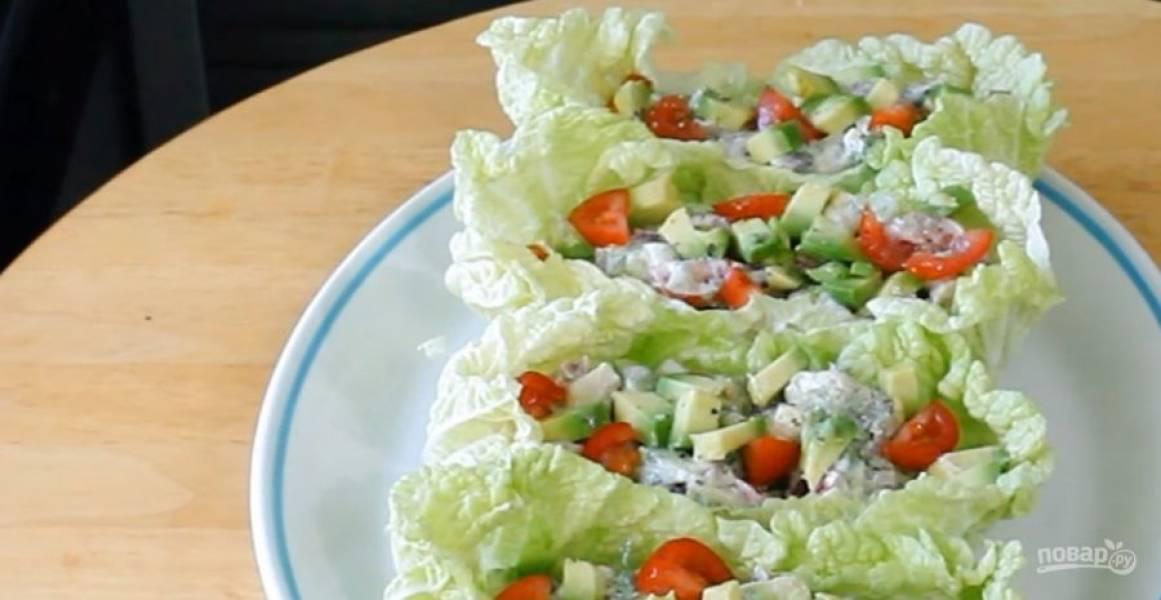 3. Промойте листья салата или пекинской капусты, выложите в них салат. Украсьте зеленью и соусом. Приятного аппетита!