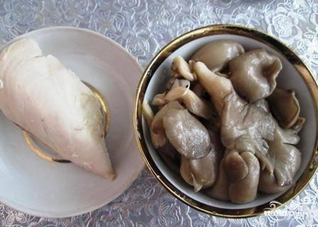 Куриную грудку сварим заранее в слегка подсоленной воде и остудим.