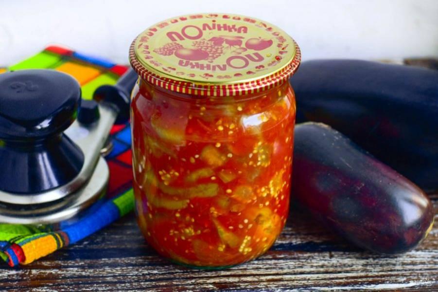 Закатайте банку крышкой. Баклажаны в томатном соусе на зиму готовы!