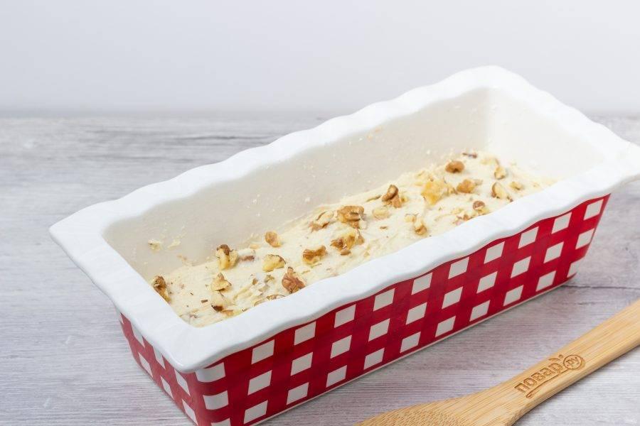 Затем ореховое тесто. Посыпьте сверху кекс орехами. Поставьте выпекаться в разогретую до 160 градусов духовку на 70-90 минут, до сухой шпажки. Если кекс сверху готов, а внутри ещё нет, то уменьшите температуру до 120-130 градусов или накройте фольгой. Выпекайте до готовности.