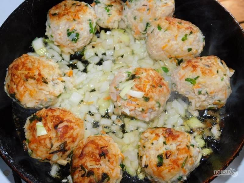 Добавьте в фарш яйцо, зелень и специи. Хорошо перемешайте. Скатайте тефтели и обжарьте их со всех сторон. Затем добавьте нарезанный лук и обжарьте все вместе, минут 5.