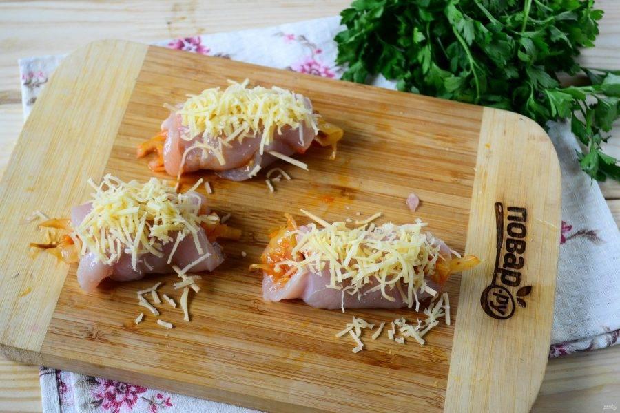 Сверху присыпьте натертым на мелкой терке твердым сыром.