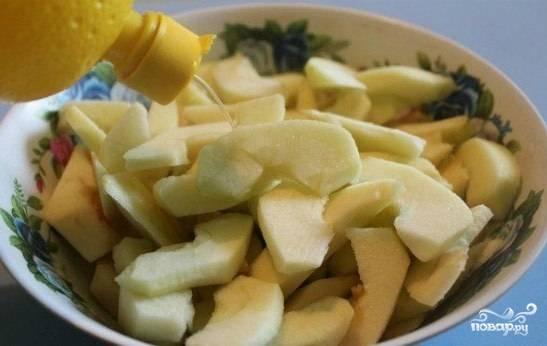 Яблоки помойте и очистите от кожуры. Нарежьте небольшими дольками, удалив сердцевину и семечки. Далее сборызните кусочки лимонным соком.