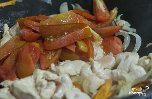 5. Помойте помидоры. Нарежьте их продольными кусочками. Добавьте их к мясу как только грудка изменит цвет и станет белой.
