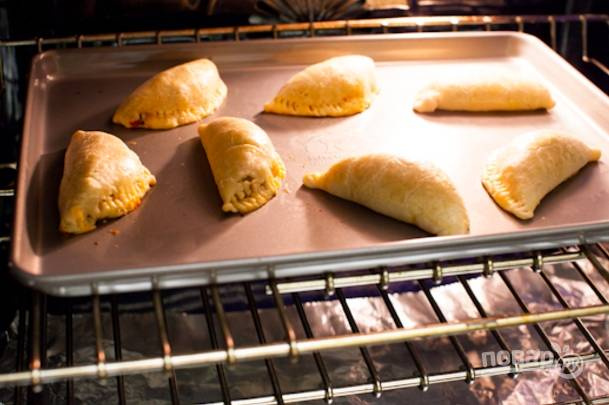 Выпекайте 22-25 минут. Подавайте пирожки теплыми с любимыми соусами и дипами.