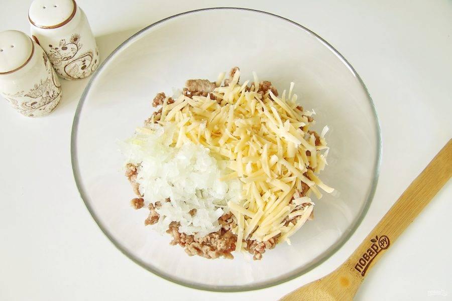 Добавьте тертые на крупной терке лук и твердый сыр.