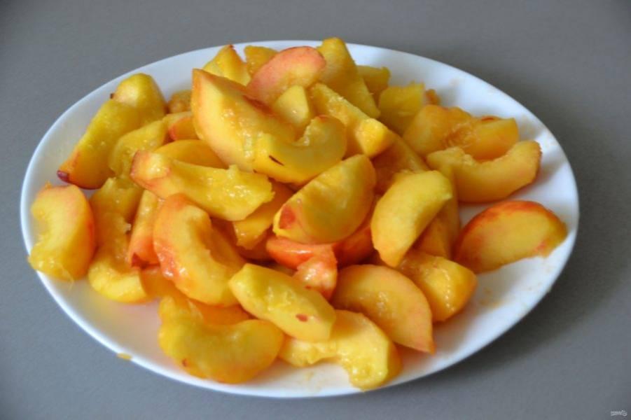 Очистите персики от кожицы, удалите косточку, нарежьте каждую половинку на 3 дольки.