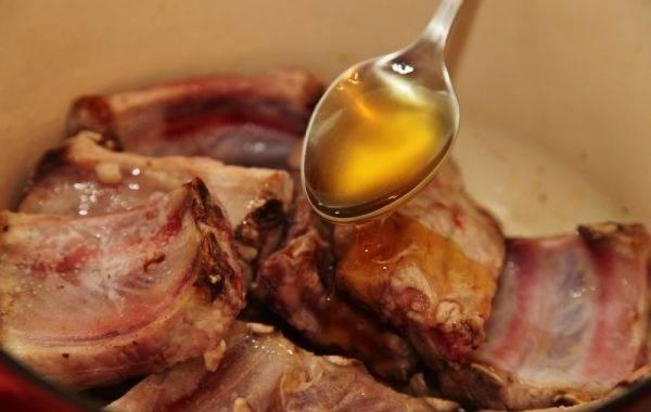 3. Сверху равномерно полить медом. Если мед засахарился, его можно немного растопить на водяной бане или в микроволновой печи.