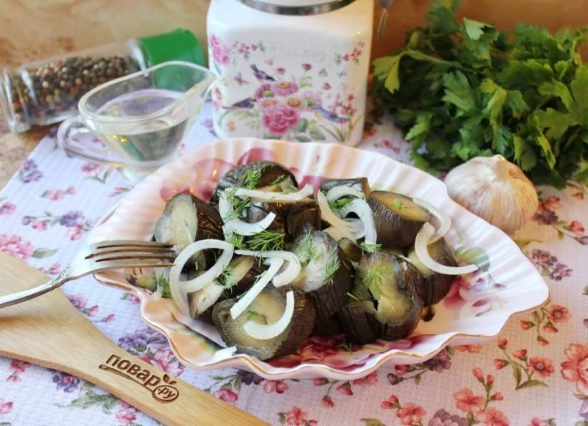 Соленые баклажаны с чесноком и петрушкой подавайте к столу с луком и ароматным растительным маслом.