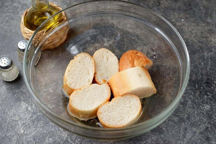 Белый хлеб нарежьте небольшими ломтями, замочите в холодной воде.