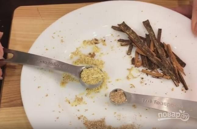2. Подготовьте специи. Натрите мускатный орех (молотый из пакетика не такой ароматный), раздробите палочку корицы, натрите имбирь. Отложите 2 звездочки бадьяна и 4 гвоздички.