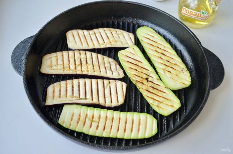 4. На сковороде гриль обжарьте овощи до мягкости.