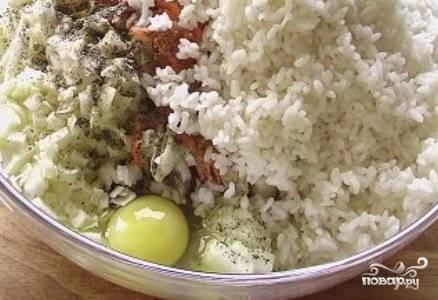 Добавляем остывший рис и яйцо.