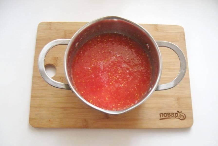 Пропустите помидоры через мясорубку. Добавьте  2 чайные ложки соли и сахар. Поставьте на плиту и варите 10-15 минут.