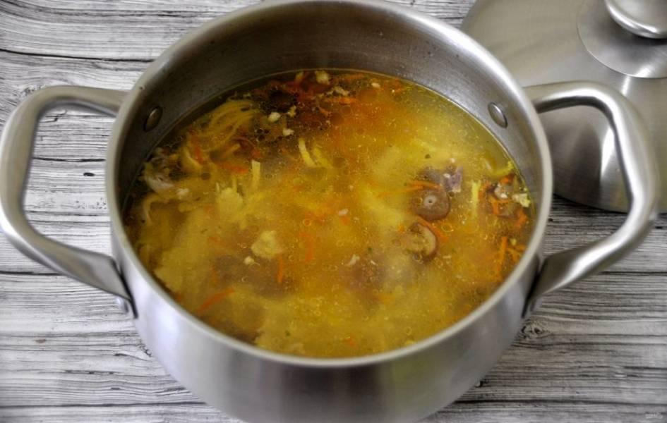 Добавьте в бульон зажарку из моркови и опят, положите лапшу. После чего сразу выключайте огонь, лапшу варить не надо, она сама дойдет до готовности в кипятке.