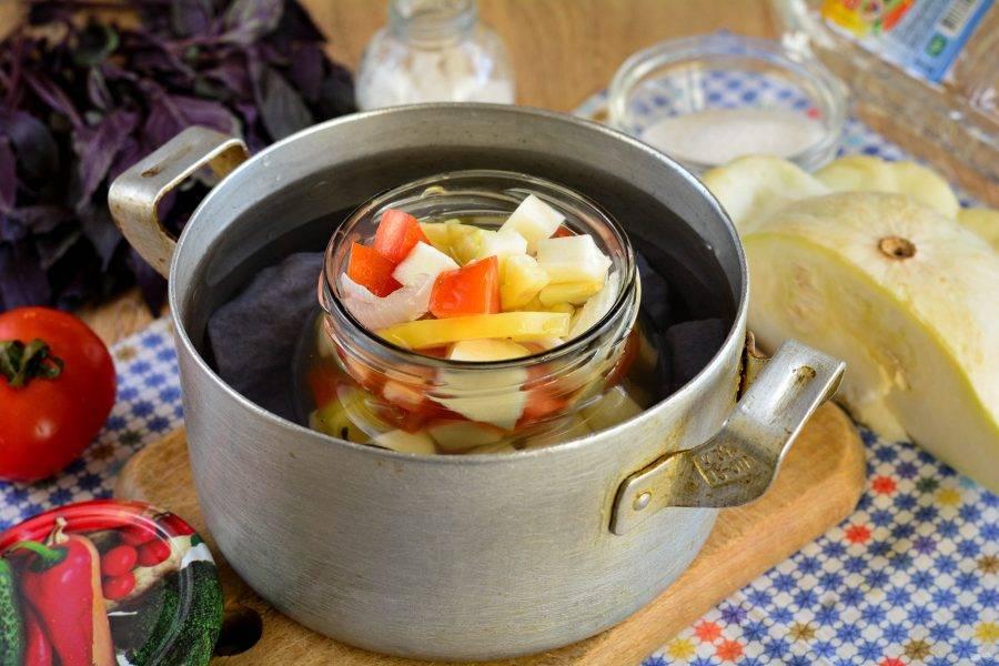 На дно кастрюли выстелите кусочек ткани, налейте воду и немного подогрейте. Установите банку с салатом в воду и дождитесь, когда жидкость в кастрюле закипит. Стерилизуйте салат 15 минут.