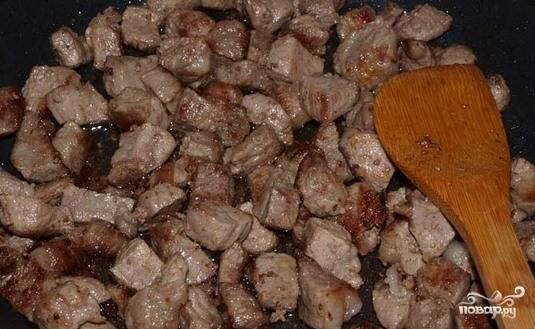 Разогрейте сковороду или сотейник с толстым дном на плите. Влейте немного растительного масла и обжарьте на нем свинину в течение десяти минут на сильном огне. Должна появиться коричневатая корочка. Посолите, поперчите мяско.
