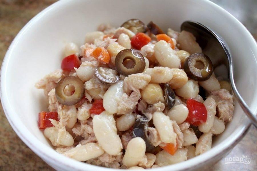 Сложите в глубокую посуду, слегка размятый вилкой тунец, нарезанные овощи, фасоль и нут.