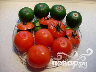 Посолить овощи и перевернуть их вверх дном.