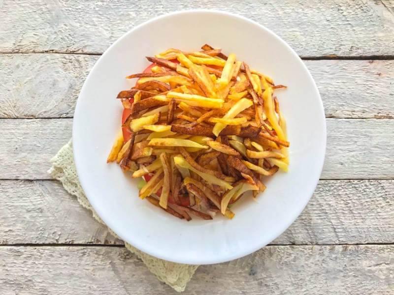 Картофель фри выложите сверху всего салата.