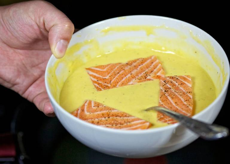Кусочки рыбы хорошенько обмакните в полученной смеси.