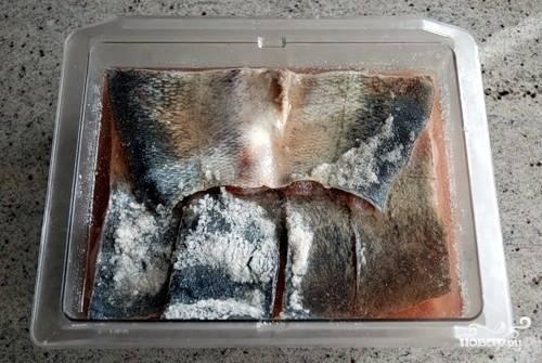 Через заветные 5-6 дней достаньте тару с рыбой и слейте образовавшийся за это время рассол. Промойте под холодной проточной водой каждый кусочек.