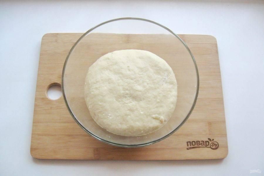 Замесите мягкое, эластичное тесто. Накройте его пищевой пленкой и поставьте в теплое место.