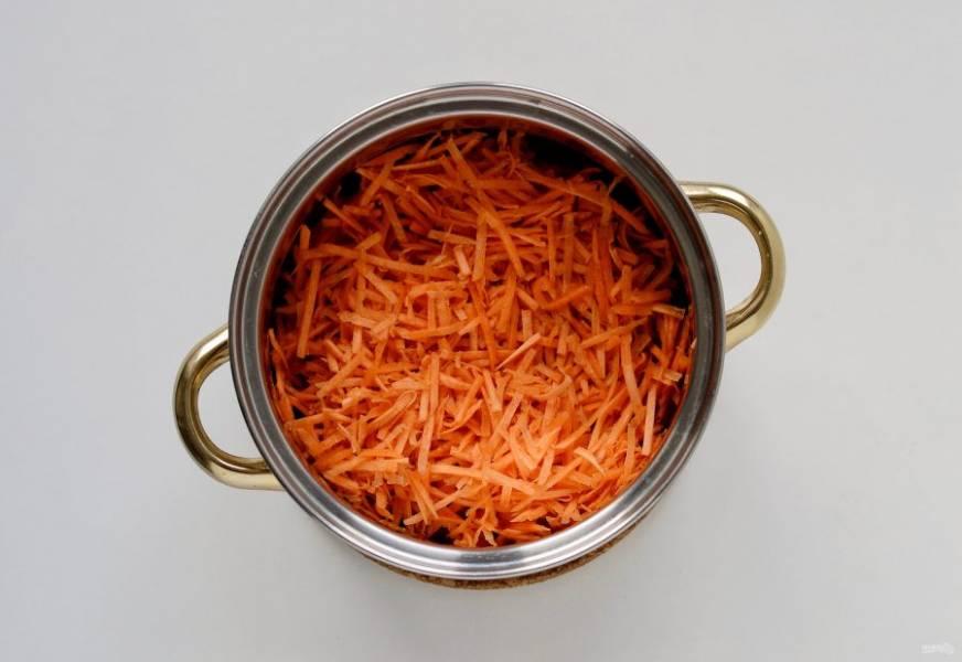 Морковь помойте, очистите от кожуры и натрите на терке. Переложите в кастрюлю и тушите на небольшом огне 10-15 минут.