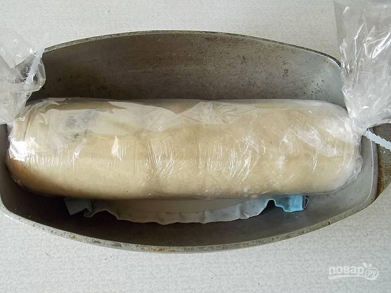 Возьмите утятницу, положите на дно кусок ткани и блюдечко. На него положите рулет, залейте водой.