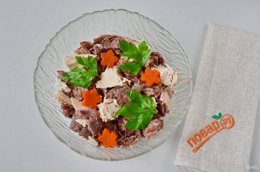 Можно оформить холодец и другим способом, без переворачивания.  Для этого положите на дно тарелочки мясо, а сверху зелень и морковь.