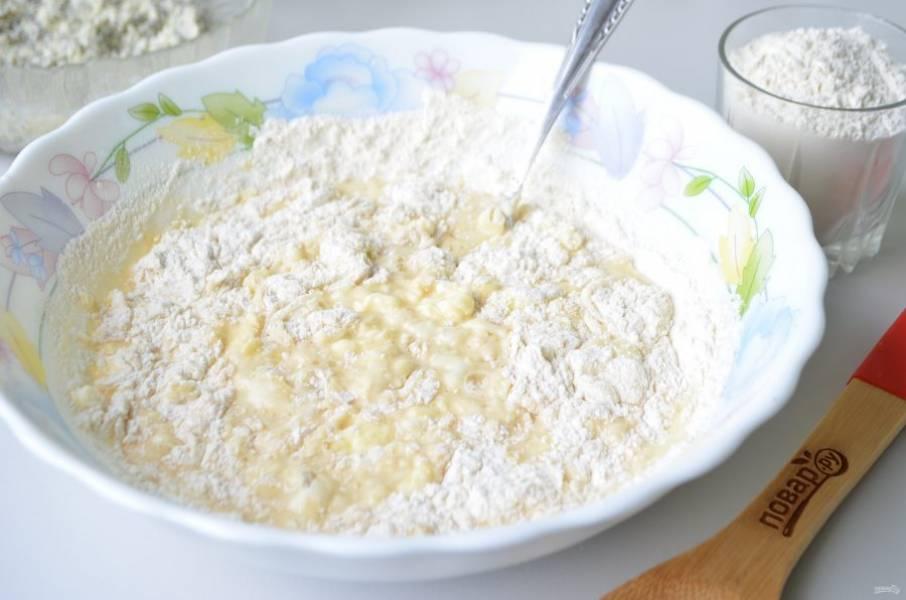 5. Введите просеянную муку. Замесите мягкое и пластичное тесто. Не добавляйте много муки, примерно 3-3,5 стакана, тогда булочки будут мягенькими.