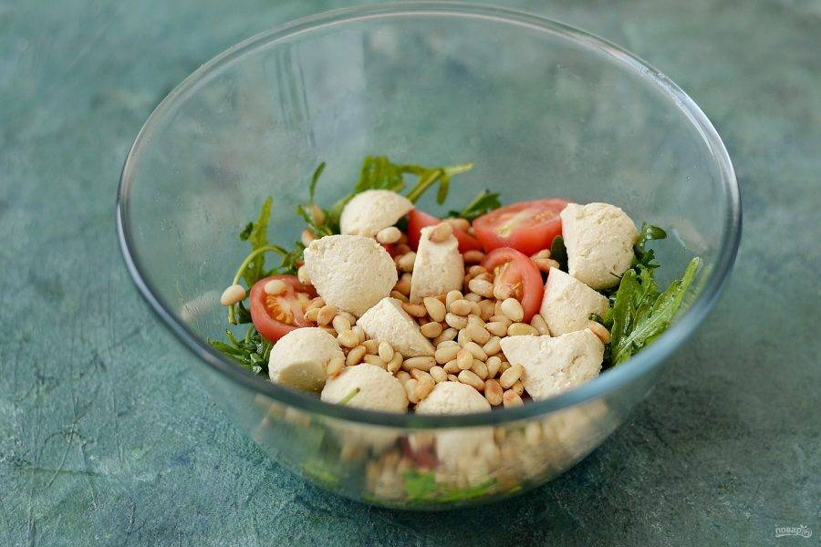 Соедините все ингредиенты вместе, заправьте салат и аккуратно перемешайте. Посолите и поперчите по вкусу.