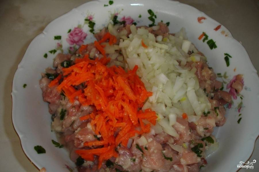 Затем добавляем морковь и лук.