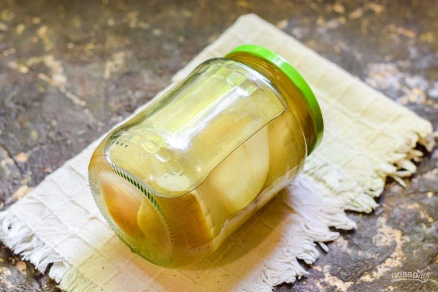 Залейте компот обратно в банку, сразу же герметично закрутите банку крышкой, поставьте дном вверх, укройте одеялом и оставьте на сутки, до полного охлаждения. После храните компот в кладовке.
