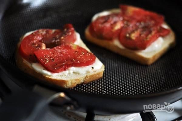 2.Мою и нарезаю ломтики помидора. На слегка обжаренный хлеб выкладываю по 2 кусочка моцареллы, сверху кладу по 2 ломтика томата, по вкусу солю и перчу.