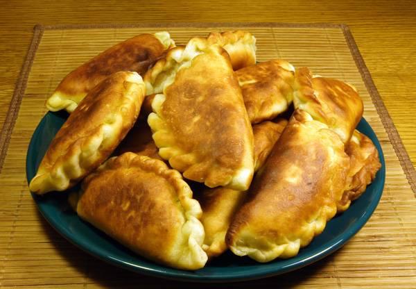 6. Готовые пирожки немного остудить и можно приступать к дегустации. Если вы любите пробовать что-нибудь новенькое, тогда этот простой рецепт пирожков с солеными огурцами обязательно следует взять на заметку.
