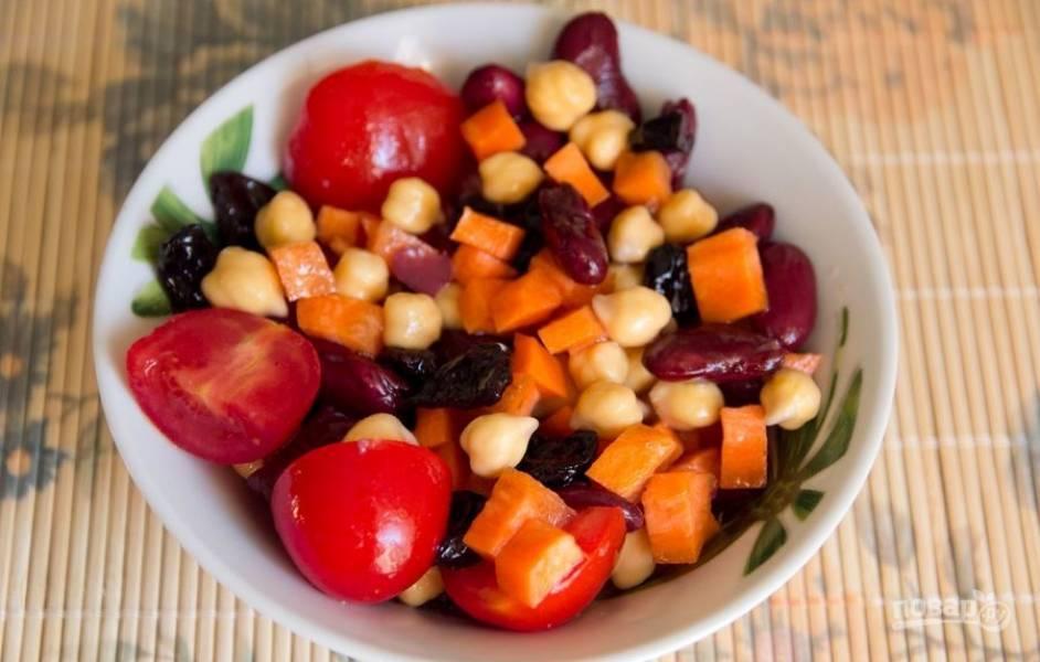 Заправьте салат маслом. Тщательно его перемешайте и пробуйте.