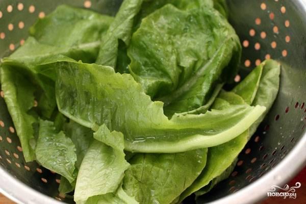 Листья салата вымыть, обсушить и нарвать руками - мельчить не нужно, маленькие листочки вообще можно оставить целыми.