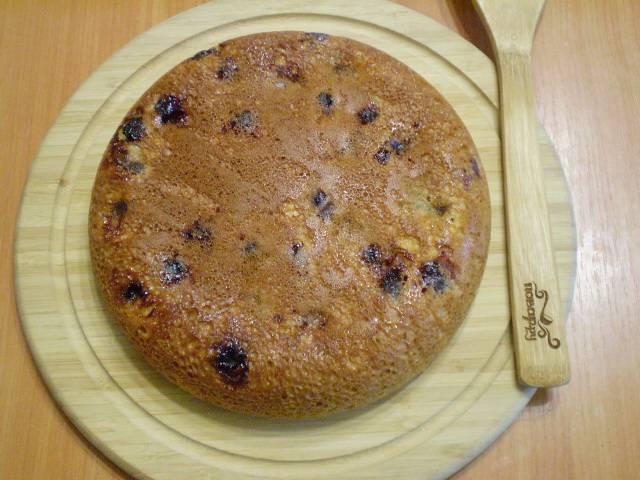 Готовый пирог осторожно извлеките из формы и переверните красивой стороной вверх. Остудите.