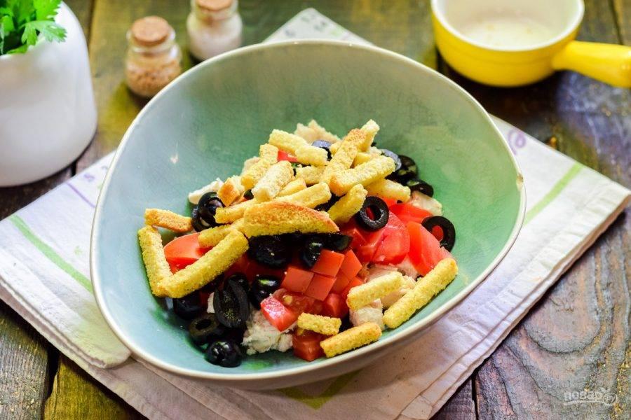 Добавьте к салату сухарики, масло, соль и перец.