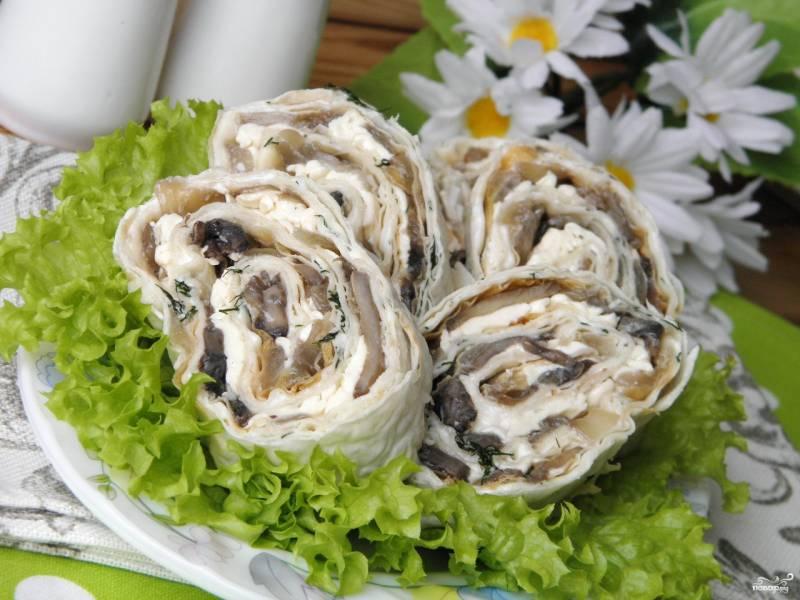Рулет с грибами и сыром