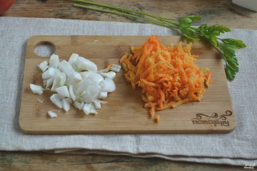 Морковь очистите от кожуры и натрите на крупной терке. С лука снимите шелуху и нарежьте мелкими кубиками.
