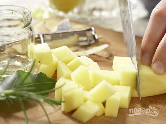 Картофель почистите, помойте и нарежьте кубиками.