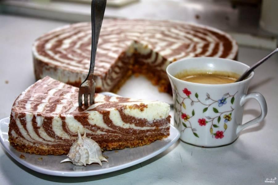 Чтобы легче было достать торт из формы, ее нужно будет слегка нагреть. Можно, например, просто феном подуть. Готовый торт творожный без выпечки подаем к чаю, можно еще ягодами украсить. Приятного аппетита!