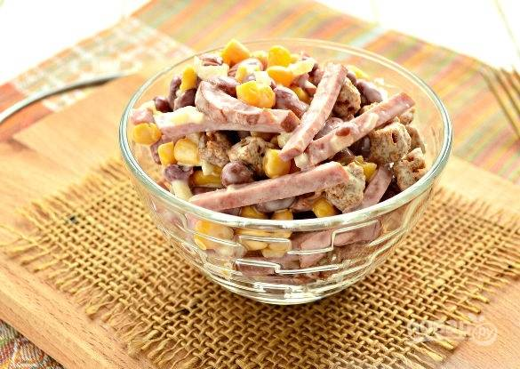 Салат из консервированной фасоли с сухариками