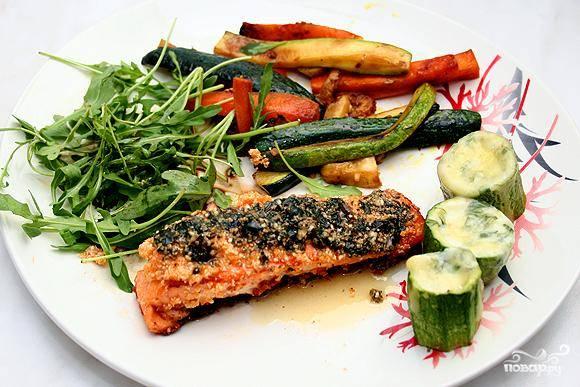 Собственно, вот и вся хитрость - остается только подать семгу с овощами и соусом. Приятного аппетита! :)